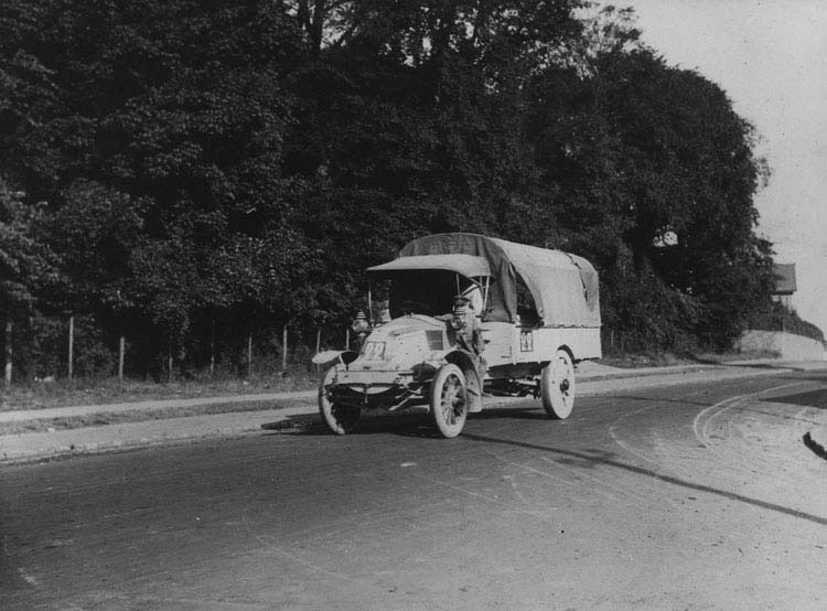 Figure 22 : Camion militaire Renault CJ 16 cv 1912 © Renault communication / PHOTOGRAPHE INCONNU (PHOTOGRAPHER UNKNOWN) DROITS RESERVES