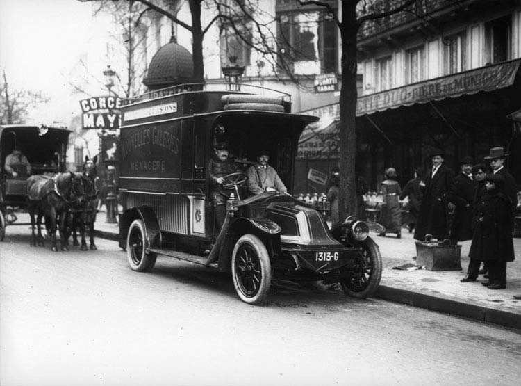 Fourgon de livraison Renault type DA 16 cv 2.5 tonnes pour les nouvelles galleries 1913 © Renault communication / PHOTOGRAPHE INCONNU (PHOTOGRAPHER UNKNOWN) DROITS RESERVES