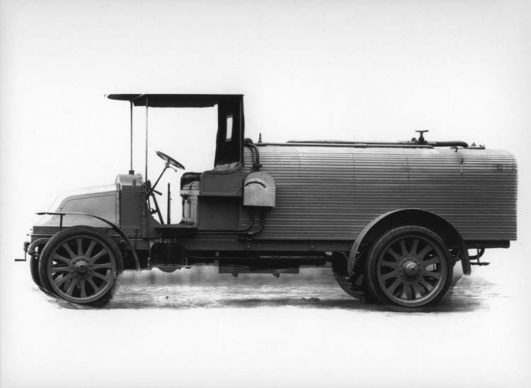 Camion Renault type CJ 16 cv 3 tonnes citerne à essence 1913 © Renault communication / PHOTOGRAPHE INCONNU (PHOTOGRAPHER UNKNOWN) DROITS RESERVES
