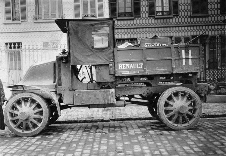 Figure 28 : Tracteur Renault type EG à adhérence totale 1914 © Renault communication / PHOTOGRAPHE INCONNU (PHOTOGRAPHER UNKNOWN) DROITS RESERVES