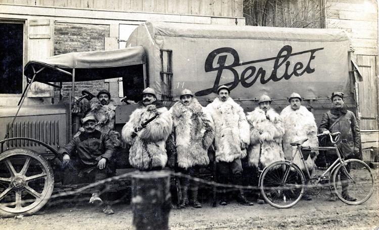 Figure 29 : Berliet type CBA 1914-1918 avec les chauffeurs © Fondation Berliet - Lyon DROITS RESERVES