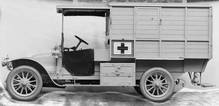 Figure 31 : Ambulance Renault 11 cv 1915 © Renault communication / PHOTOGRAPHE INCONNU (PHOTOGRAPHER UNKNOWN) DROITS RESERVES