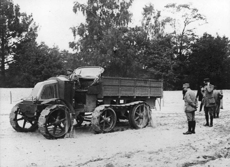 Figure 33 : Camion Renault transsaharien 6 roues chenilles sur châssis MH 1917 © Renault communication / PHOTOGRAPHE INCONNU (PHOTOGRAPHER UNKNOWN) DROITS RESERVES