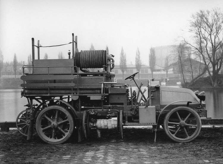 FIGURE 36 CAMION POMPIERS RENAULT 16 CV SUR CHASSIS TYPE GZ 1918 © Renault communication / PHOTOGRAPHE INCONNU (PHOTOGRAPHER UNKNOWN) DROITS RESERVES