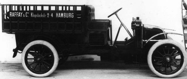 Figure 4 : Camionnette Renault 10 cv 4 cylindres châssis type AM1907 © Renault communication / PHOTOGRAPHE INCONNU (PHOTOGRAPHER UNKNOWN) DROITS RESERVES