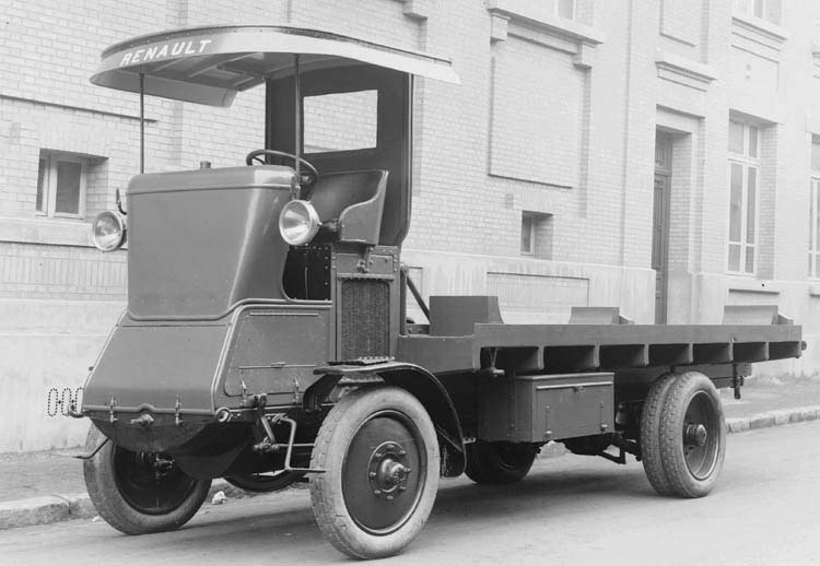 Figure 46 : Camion Renault 20 cv plateau 1922 © Renault communication / PHOTOGRAPHE INCONNU (PHOTOGRAPHER UNKNOWN) DROITS RESERVES