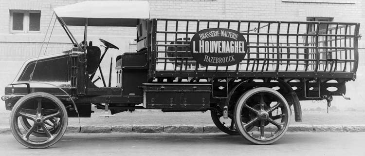Figure 48 : Camion Renault type FX de 5 tonnes spécial pour brasseries et malteries - 1923 © Renault communication / PHOTOGRAPHE INCONNU (PHOTOGRAPHER UNKNOWN) DROITS RESERVES