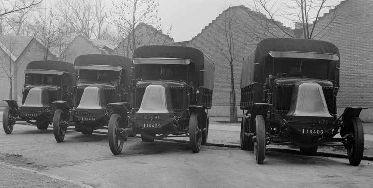 Figure 56 : Camion Renault plateau bâché type MV 25 CV en 1924 © Renault communication / PHOTOGRAPHE INCONNU (PHOTOGRAPHER UNKNOWN) DROITS RESERVES