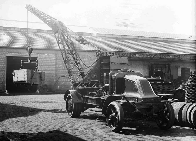 Figure 57 : Camion grue Renault type MV 25 cv - 1924 © Renault communication / PHOTOGRAPHE INCONNU (PHOTOGRAPHER UNKNOWN) DROITS RESERVES