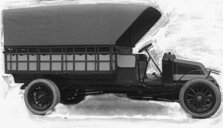Figure 6 : Camion plateau bâché type BD en 1908 © Renault communication / PHOTOGRAPHE INCONNU (PHOTOGRAPHER UNKNOWN) DROITS RESERVES