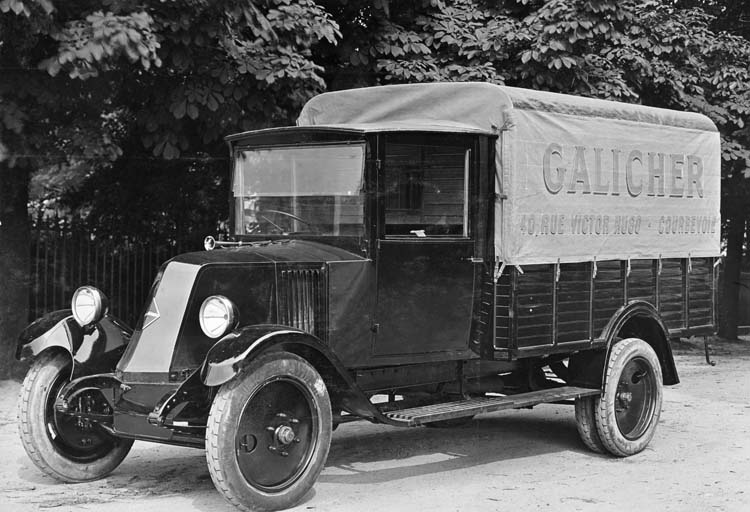 "Figure 62 : Camion léger ""plateau bâché"" Renault type PD 1927 © Renault communication / PHOTOGRAPHE INCONNU (PHOTOGRAPHER UNKNOWN) DROITS RESERVES"