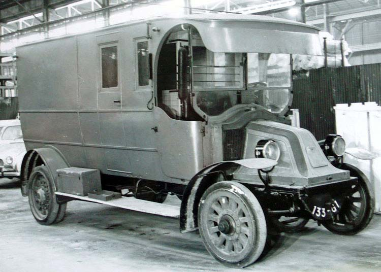 Figure 7: Fourgon postal sur châssis type BD 1908 © Renault communication / PHOTOGRAPHE INCONNU (PHOTOGRAPHER UNKNOWN) DROITS RESERVES