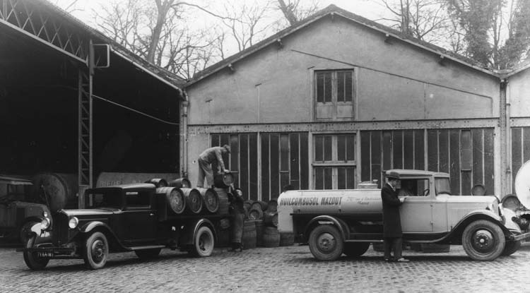 Figure 71 : Camions légers Renault type SX5 à plateau et OS4 citerne en 1932 © Renault communication / PHOTOGRAPHE INCONNU (PHOTOGRAPHER UNKNOWN) DROITS RESERVES