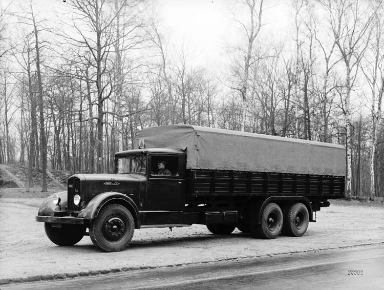Figure 87 : Camion Renault plateau bâché type VT6DC 33 cv 40 cv 12 tonnes 1934 © Renault communication / PHOTOGRAPHE INCONNU (PHOTOGRAPHER UNKNOWN) DROITS RESERVES
