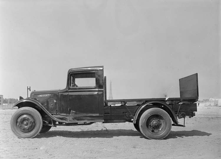 Figure 97 : Camion plateau Renault type ZJ 43 chevaux 2 tonnes 1934 © Renault communication / PHOTOGRAPHE INCONNU (PHOTOGRAPHER UNKNOWN) DROITS RESERVES