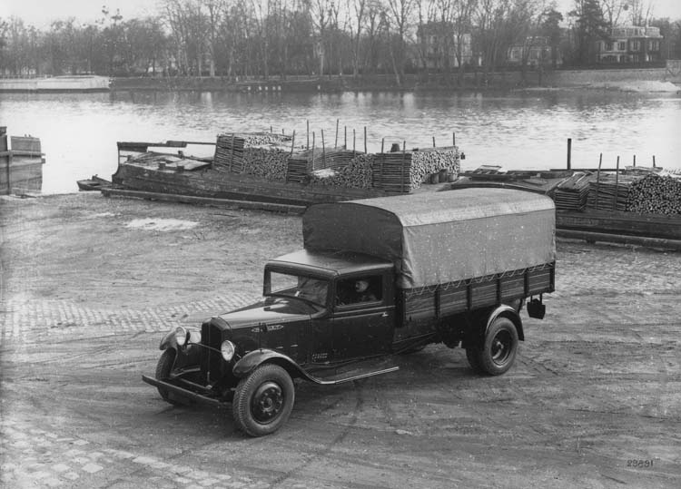 Figure 98 : Camion Renault type ZJC 43 cv 2.5 tonnes au Pont de Saint-Cloud - 1934 © Renault communication / PHOTOGRAPHE INCONNU (PHOTOGRAPHER UNKNOWN) DROITS RESERVES