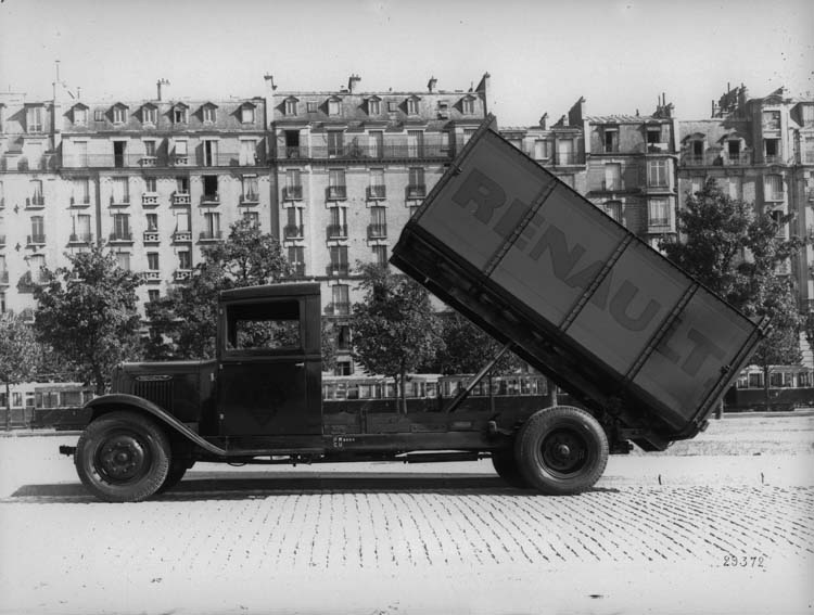 Figure 99 : Camion Renault benne à vérin type YF 70 cv 4.5 tonnes - 1934 © Renault communication / PHOTOGRAPHE INCONNU (PHOTOGRAPHER UNKNOWN) DROITS RESERVES