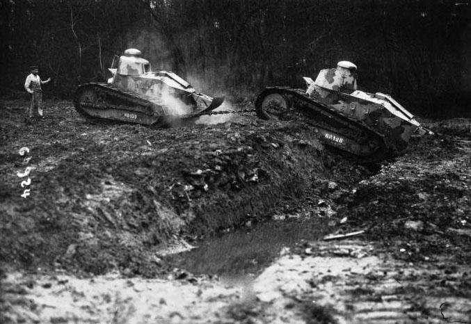 A Chalais-Meudon, essais de petits tanks Renault : [photographie de presse] / Agence Meurisse - 1918 © BNF