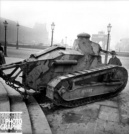 """Guerre 1914-1918. Tank Renault """"Le Tigre"""" exposé place du Carrousel, Paris. 1er décembre 1918. RV-053252 © Roger-Viollet/Paris en Images"""