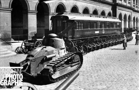 Char d'assaut Renault FT 17 de la guerre 1914-1918 et wagon de l'armistice. Paris, hôtel des Invalides. ND-101732 © LL / Roger-Viollet/Paris en Images