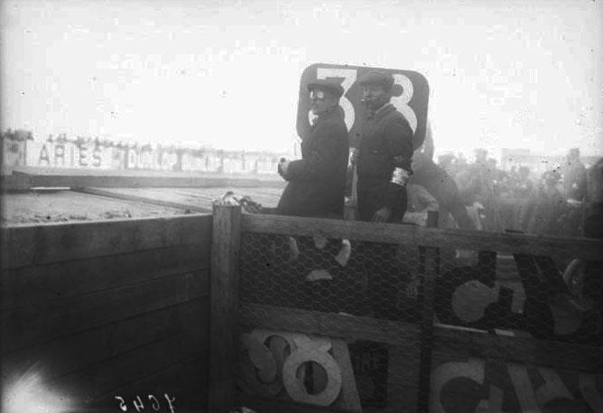 Les Renault font des signaux pour indiquer les temps à leurs coureurs [Grand prix de l'A. C. F. 1908, course automobile à Dieppe le 7 juillet] : [photographie de presse] / [Agence Rol] © BNF