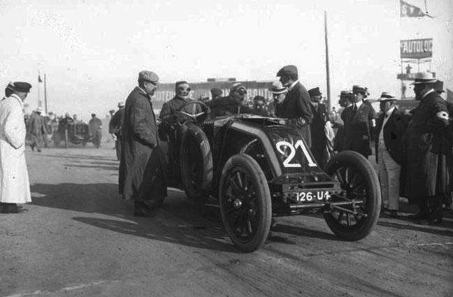 [Gustave] Caillois sur Renault [Grand prix de l'A. C. F. 1908, course automobile à Dieppe le 7 juillet] : [photographie de presse] / [Agence Rol] © BNF
