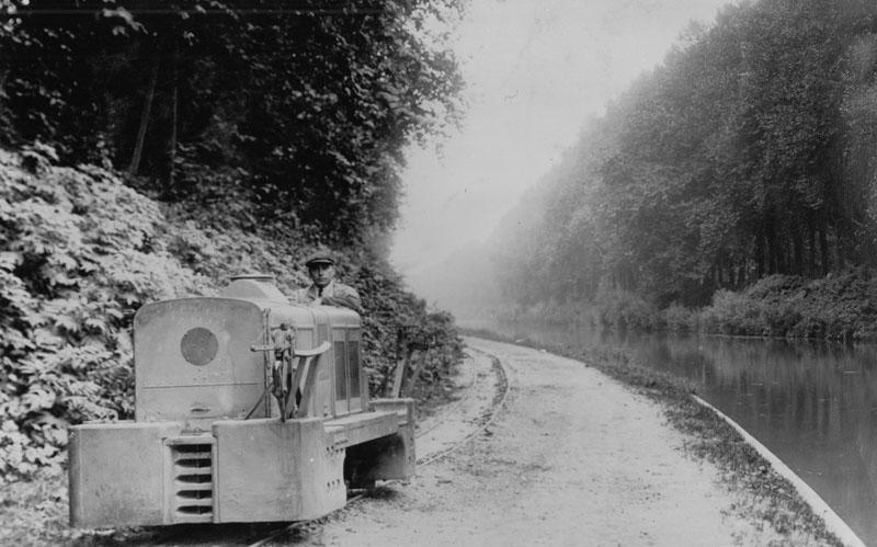 Locotracteur 10 cv 4 cylindres 3 tonnes pour traction de péniche, ici lesté à 7 tonnes, type MO - 24 septembre 1926 © SHGR