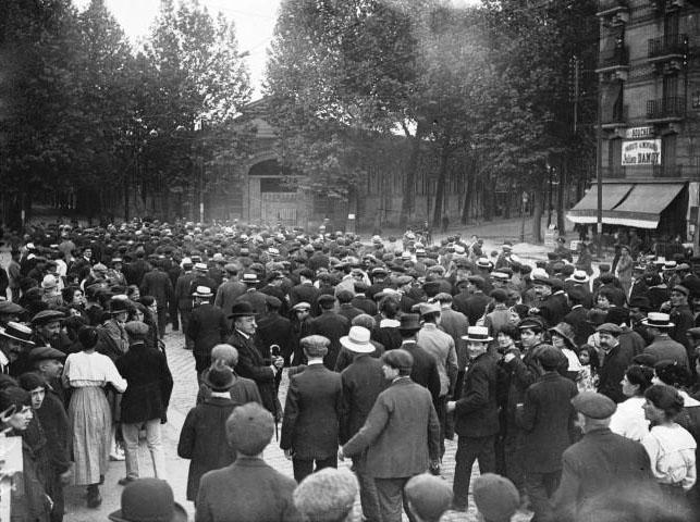 La grève de la métallurgie : grévistes portant le drapeau rouge à Billancourt : [photographie de presse] / Agence Meurisse - 1919 © BNF