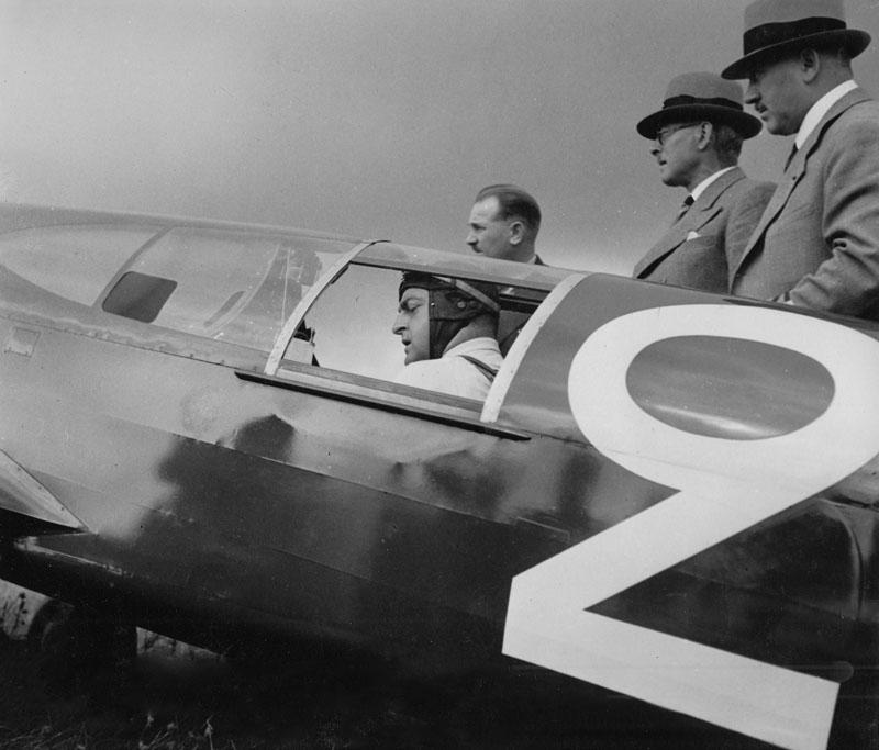 Coupe Deutsch de La Meurthe - Le pilote Maurice Arnoux et l'ingénieur Marcel Riffard (le second en partant de la droite avec un chapeau) © Archives privées Guillelmon - Tous droits réservés (photo ne faisant pas partie de l'article d'origine)