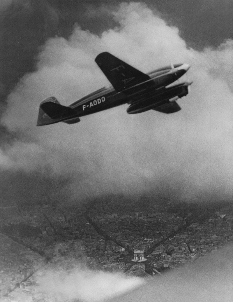 Caudron C.640 Typhon survolant Paris © Archives privées Guillelmon - Tous droits réservés