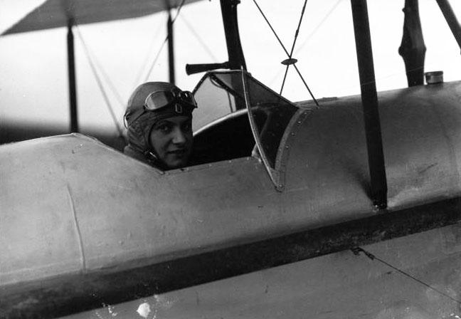 Hélène Boucher photographiée au Bourget par l'agence mondiale avant le raid Paris-Saïgon en 1933. Elle allait mourir aux commandes d'un Caudron Rafale sur l'aérodrome de Guyancourt, le 30 novembre 1934, à l'âge de 26 ans © BNF