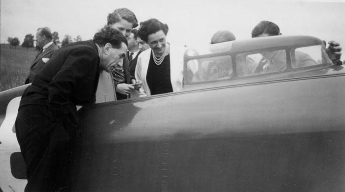 Christiane et Louis Renault penchés sur le Caudron de Raymond Delmotte © SHGR/APR