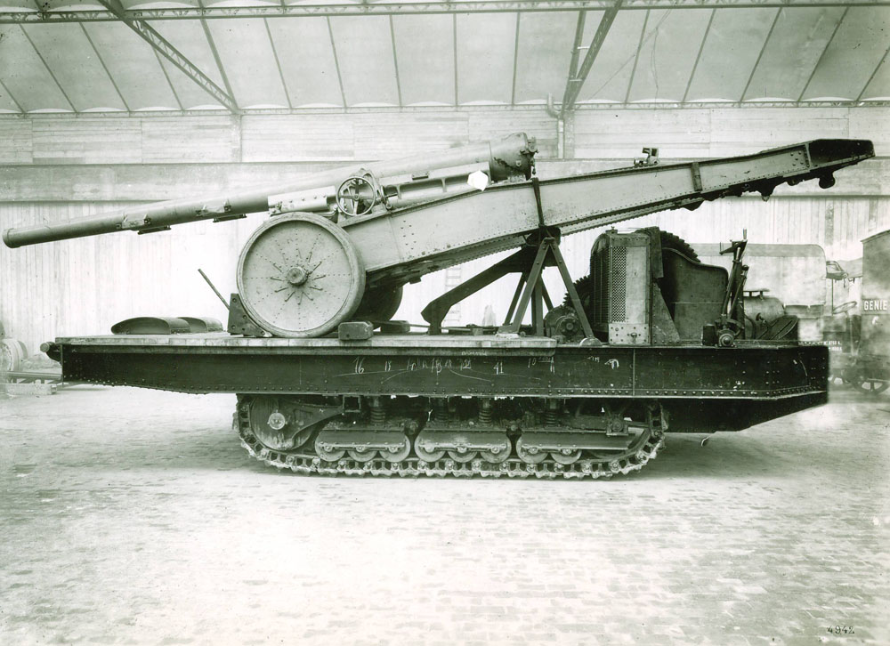 Matériel de 155 G.P.F. sur tracteur à chaînes de 130 cv - 1917 © APR Droits réservés