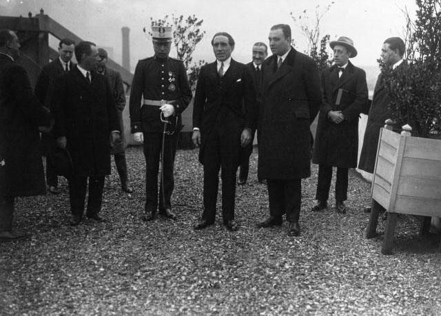 A l'usine Renault, visite du Ministre espagnol de commerce M. Aunos : de gauche à droite Colonel Aspiazu, Robert (sic) Renault, M. Aunos : [photographie de presse] / Agence Meurisse -diff. par l'Agence Meurisse (Paris)-1926 © BNF