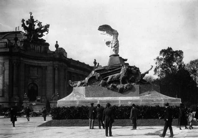 Monument du tank Renault et Grand Palais : [photographie de presse] / Agence Meurisse - 1919 © BNF