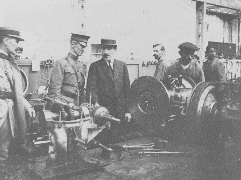 Louis Renault faisant visiter son usine à un officier américain (Patton ?) en 1917 © APR/SHGR