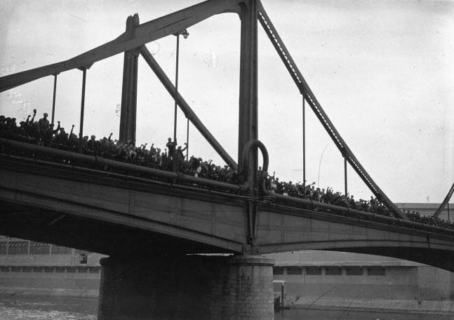 Les ouvriers de l'Usine Renault en grève, sont massés sur le pont Seguin : [photographie de presse] / Agence Meurisse - 1936 © BNF