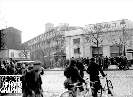 Grèves de juin 1936. Occupation des usines Renault à Boulogne-Billancourt (Hauts-de-Seine). Ouvriers devant les portes de l'usine © Roger-Viollet/Paris en Images
