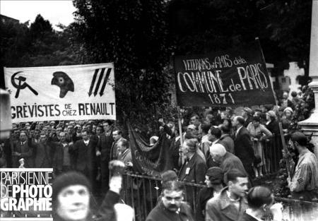 Front populaire. Manifestation au Mur des Fédérés. Le cortège de grèvistes de chez Renault et de vétérans et amis de la Commune. Paris, 24 mai 1936. HRL-513306 © Albert Harlingue / Roger-Viollet
