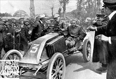 Course automobile Paris-Madrid. Arrivée de Louis Renault, vainqueur (parcours Paris-Bordeaux en 5h39mn). Bordeaux, 1903. RV-67653 © Roger-Viollet