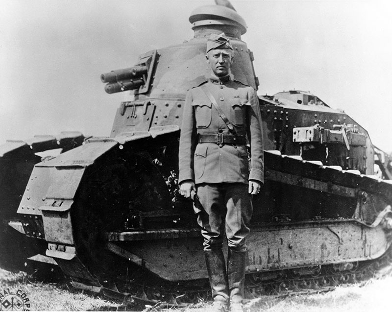Le lieutenant-colonel George S. Patton devant un char Renault FT, sur le territoire français, à l'été 1918 - World War I Signal Corps Photograph Collection
