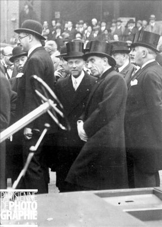 André Citroën (1878-1935) et Louis Renault (1877-1944), industriels français, lors d'une visite officielle au Salon de l'auto © Roger-Viollet/Paris en Images