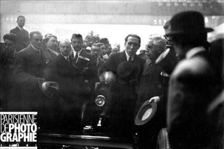 Salon de l'Automobile. Alexandre Millerand et Louis Renault sur le stand Renault. Paris, 1923. BRA-114116 © Maurice Branger / Roger-Viollet/Paris en Images