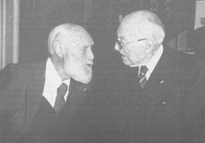 Lors d'un rendez-vous organisé le 3 décembre 1979 dans les locaux de la Société d'Histoire du Groupe Renault... Marcel Riffard échange quelques souvenirs avec le Docteur Bezançon, célèbre centenaire de Boulogne. © SHGR.