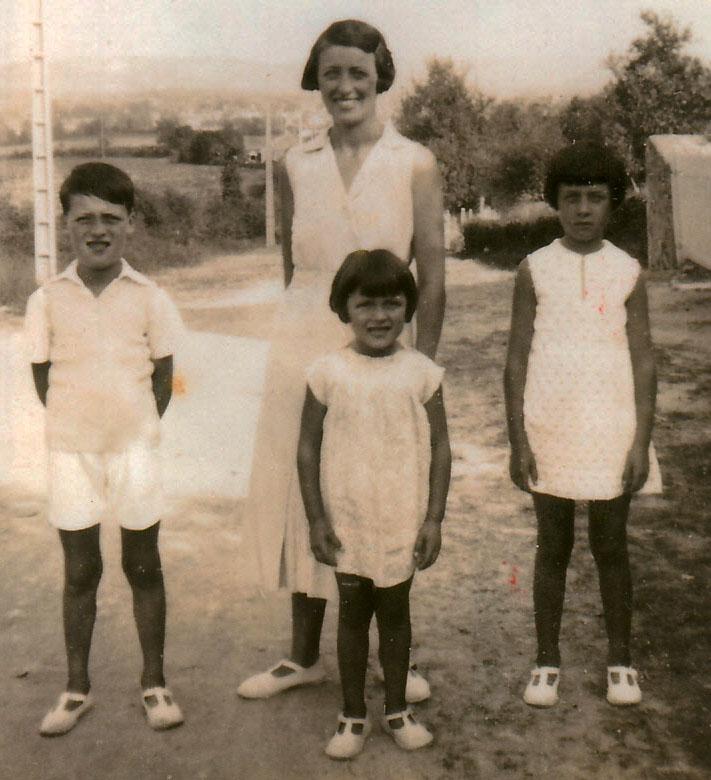 Henriette Vacher, née Vadrot, et au premier plan, de gauche à droite : Roger, sa cousine et sa sœur Juliette © Roger Vacher – Tous droits réservés