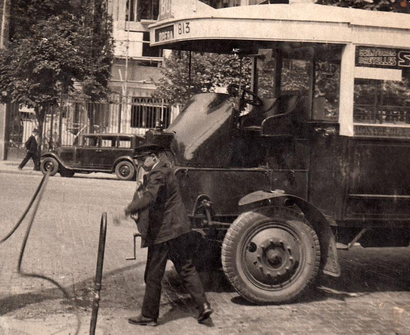 Lazare Vacher et son autobus de la STCRP au début des années trente © Roger Vacher – Tous droits réservés