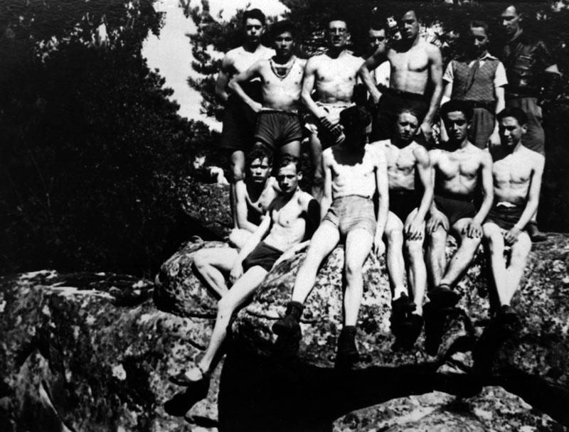 Saint-Pierre-lès-Nemours 1942 ou 1943- Gaston Keledjian est au premier rang, le second en partant de la droite © Gaston Keledjian