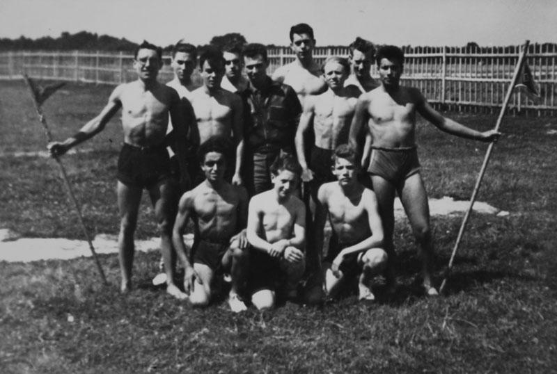 Saint-Pierre-lès-Nemours 1942 ou 1943- Gaston Keledjian est au premier rang, le premier en partant de la gauche © Gaston Keledjian