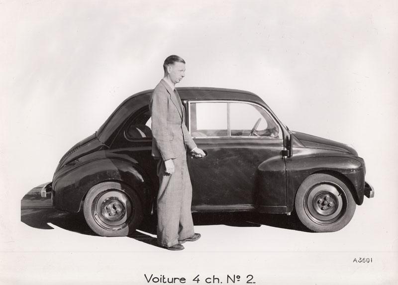 Prototype n°2 de la 4 cv présenté par M. Jean Louis, directeur des usines Renault © Jacqueline Serre - Tous droits réservés