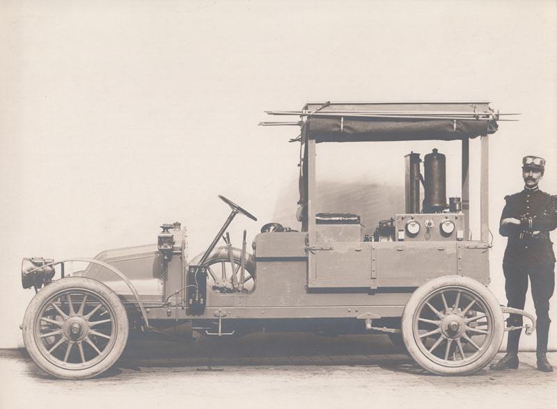 Véhicule militaire Renault petite puissance (12 CV) équipé d'un groupe électrogène (avant 1914) © Jacqueline Serre - Tous droits réservés